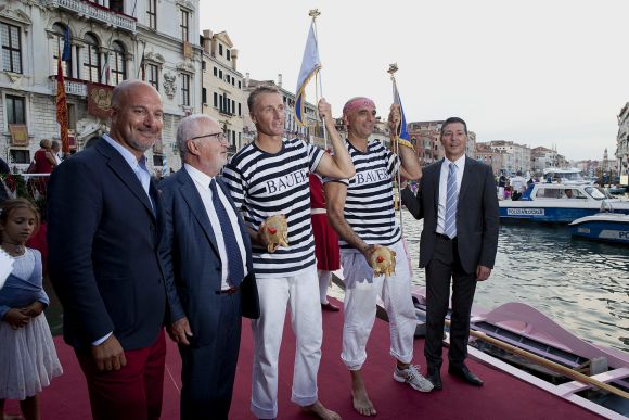 Regata Storica, 2013: Andrea Bertoldini (left) and Martino Vianello pose with their pennants and their pigs. (Uncredited photo, www.regatastoricavenezia.it)