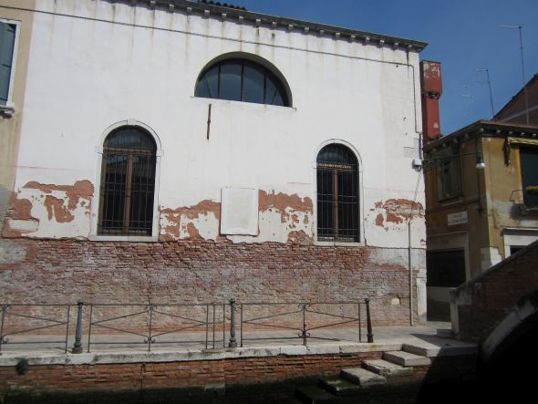 The façade of what is now the Institute of Santa Maria Ausiliatrice on the Fondamenta San Gioachin obviously has more pressing concerns than whether anybody looks up at a plaque.  But one day I just stopped and determined to investigate.