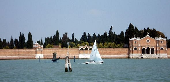 A view of the island of San Michele, with the sculpture placed just right.  Going my way?  (photo: georgy-frangulyan.ru)