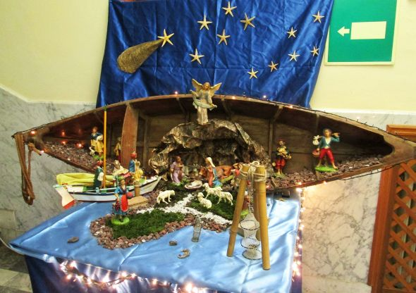 The Nativity scene at the F. Morosini Naval School has once again focused on the lagoon.  The innovations here are the starfish as stars (no surprise there), and the comet's tail is the shell of a pinna nobilis (fan mussel) painted gold.  The cradle for the still-in-transit Baby Jesus is a clamshell.  It looks pretty comfortable, at least to me.