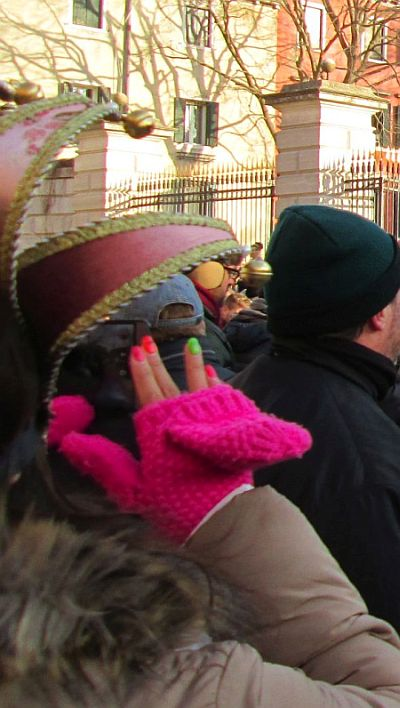 I don't know what the rest of this partyer looked like -- I was too busy admiring her hands and mask.  I love her mitten -- it's like a hunting glove for stalking smurfs. Don't let the word get out that you don't have to encumber your entire body with pounds of upholstery fabric, and a long ton of accessories, to be all dressed up for Carnival.