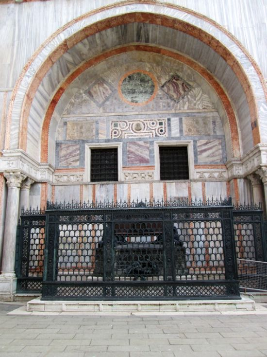 The tomb of Daniele Manin, against the wall of the basilica of San Marco by the Piazzetta dei Leoncini.
