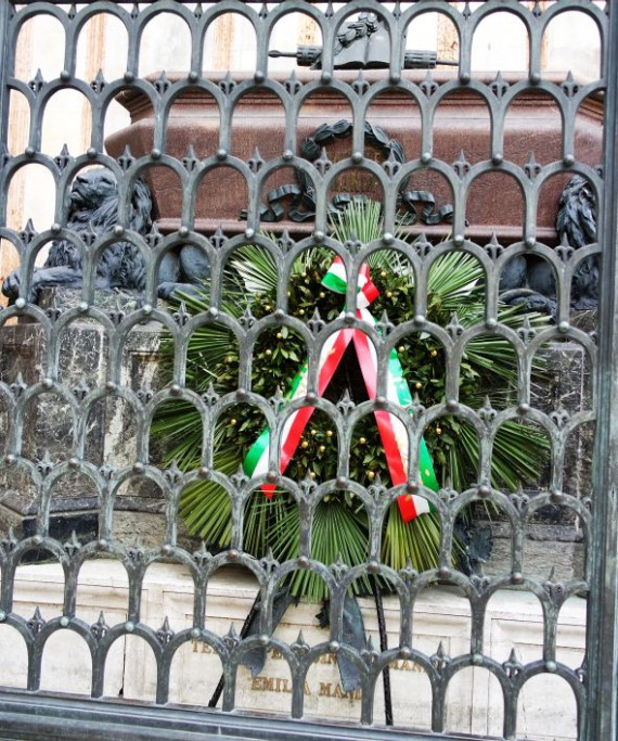 Every year the city places laurel wreaths at the most important patriotic monuments. The most elaborate one, with an aureole of palm, is placed at the tomb of Daniele Manin.