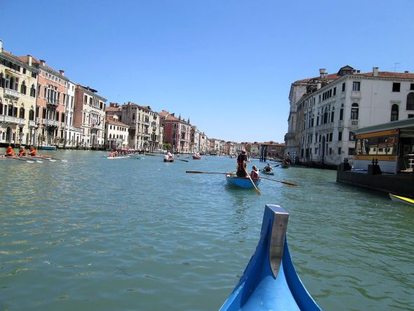 "We made it through the usually-clogjammed Canale di Cannaregio with no problem and now it's down the Grand Canal to the finish line. Earlier boats are now heading upstream toward us, back to wherever ""home base"" might be."