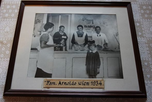 The families from Zoldo also worked in gelaterie abroad. Here is the Arnoldo family working in Vienna in 1934.