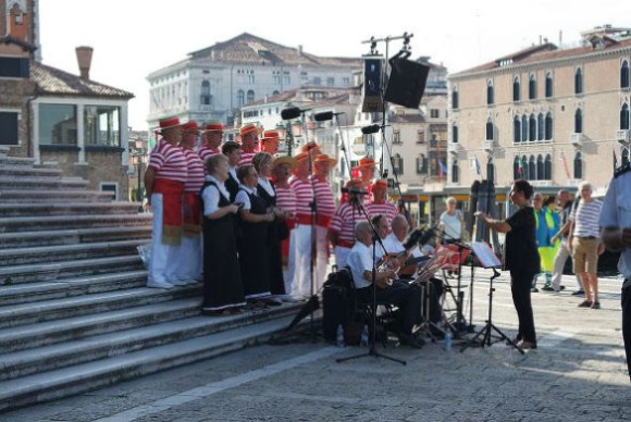 As the crowd gathered, the Coro Serenissima provided the festive soundtrack with many of the classic Venetian songs.